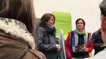 Für die Laienschauspielerinnen und -schauspieler ist das Spielen auf offener Strasse eine zusätzliche Herausforderung: Beim Stadttor in Baden streiten sich bei der Hauptprobe zwei Spatzen so laut, dass die Schauspielerin um ein Haar aus dem Konzept gerät. | © Marie-Christine Andres