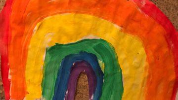 Seit den siebziger Jahren des 20. Jahrhunderts ist die Regenbogenfahne ein internationales schwul-lesbisches Symbol. Dieses Regenbogenbanner enthält nur sechs Farben und Rot ist zuoberst. | © Marie-Christine Andres