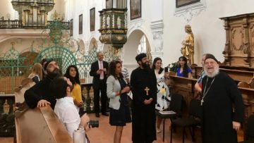 Die US-Delegation im Chor des Verenamünsters. Die Besucherinnen und Besucher zeigten sich sehr interessiert an den vielfältigen Zeichen des lebendigen Verenakultes in der Kirche. | © Marie-Christine Andres