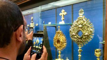 Die Besuchergruppe zeigte sich fasziniert von den alten und kostbaren Werken im Kirchenschatz. | © Marie-Christine Andres