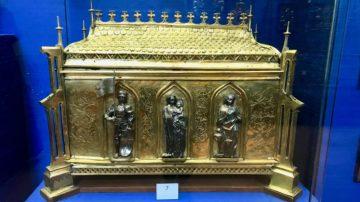 Die im Grab unter der Kirche aufgefundenen Knochen legte man zur Aufbewahrung in diese goldene «Knochen-Arche». Die darin enthaltenen Knochen lagen im gleichen Grab, in dem auch die Heilige Verena bestattet sein soll. Sie gelten deshalb als «Berührungsreliquien». | © Marie-Christine Andres