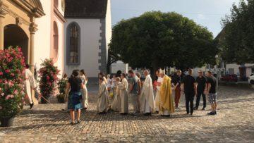 Bereit zum Einzug: Zwei Sekunden nach dem Einsetzen der Kirchenglocken ziehen Zelebranten, Ministranten und Schweizergardisten in die Kirche ein. | © Marie-Christine Andres