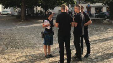 Aufnahmeleiterin Franziska Gamper bespricht sich am Vorabend der Live-Sendung mit den extra aus Rom angereisten Schweizergardisten. | © Marie-Christine Andres