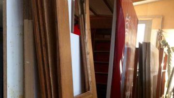 Die Sarmenstorfer Kirchentüre beim Schreiner. Die defekten Teile werden aus demselben Holz vom Schreiner nachgebaut. | © zvg