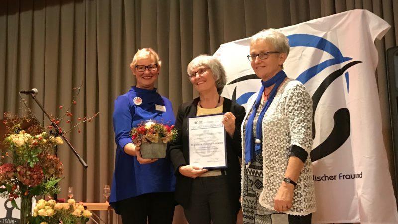 Die Preisträgerin 2019, Daniela Fleischmann (Mitte) zusammen mit Pia Viel, Präsidentin des Aargauischen-Katholischen Frauenbunds (links) sowie Vroni Peterhans, Frauenpreis-Kommissions-Präsidentin. | © Marie-Christine Andres