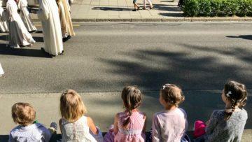 Gerade bei Anlässen wie einer Erstkommunion kommen viele Familien in den Gottesdienst, die sonst nicht in der Kirche anzutreffen sind. Umso wichtiger, dass sie sich dann willkommen fühlen. | © Marie-Christine Andres