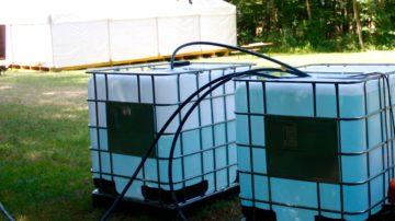 Kein fliessendes Wasser: Die Jungwacht Windisch bezieht alles Wasser zum Kochen und Waschen aus einem 1000-Liter-Tank. | © Marie-Christine Andres
