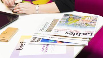 Wissen, was die Kollegen bei anderen religiösen Publikationen für Themen behandeln. Verschiedene religiöse Printprodukte liegen griffbereit zur Presseschau. | © Werner Rolli