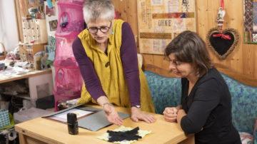 Kitti Steffen zeigt ein traditionelles Blockhausmuster. Von den streng geometrischen Quilts hat Kitti Steffen bereits lange zu einer eigenen, freien Bildersprache gefunden. | © Werner Rolli