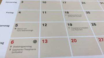 Das Monatsraster zeigt mit Symbolen, welche Religionen ein wichtiges Fest feiern. | © Marie-Christine Andres