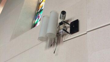 Der Stein des Anstosses: Eine fest installierte Kamera in der Römisch-Katholischen Kirche Gebenstorf.   zvg