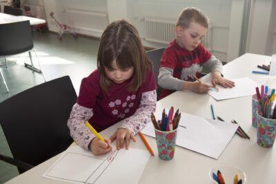 Kinder malen und zeichnen fürs Christkind.