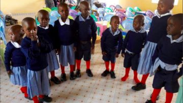 Die neuen Kindergärtler in ihrer Schuluniform. Häufig scheitert der Schulbesuch an den Kosten für Schulgeld, Unterrichtsmaterial und Schuluniform. | © zvg