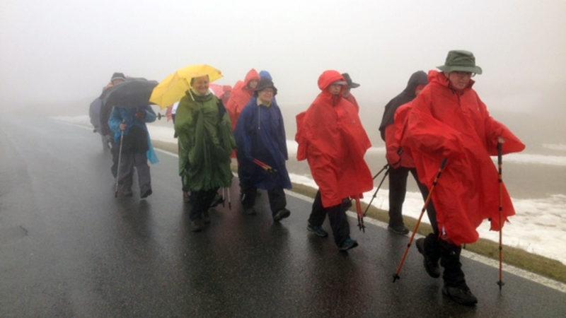 Die Pilgergruppe am Dienstag, 10. Mai unterwegs am Splügenpass.   © www.kirche-mit.ch