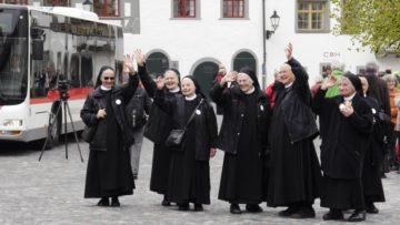 Ein letzter Gruss der Schwestern vom Kloster Fahr. Diese bekamen zu Beginn des Gottesdienstes spontanen Applaus für ihre Anwesenheit | © Anne Burgmer