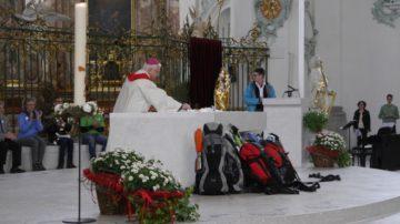 Markus Büchel, Bischof von St. Gallen, legte kurz vor dem persönlichen Segen für die Pilgerinnen und den einen Pilger, noch einen Rosenkranz in das Tuch. | © Anne Burgmer