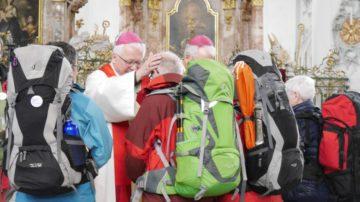 Markus Büchel und Martin Gächter, ehemaliger Weihbischof im Bistum Basel, spenden den persönlichen Segen für jede Pilgerin und den einen Pilger, die gemeinsam den ganzen Weg nach Rom unter die Füsse nehmen. Ein inniger Moment. | © Anne Burgmer