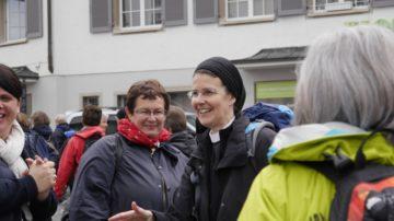 Irene Gassmann, Priorin des Kloster Fahr, pilgert die erste und die letzte Etappe mit. Gut gelaunt lässt sie sich in St. Gallen immer wieder in Gespräche verwickeln. | © Anne Burgmer