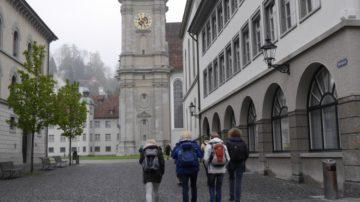 Auf dem Weg zur Stiftskirche St. Gallen war es fast leer. Die Kathedrale würde hoffentlich voller sein. Voller Menschen und - wie sich dann zeigte - auch voller Medienleute. Sabine Rüthemann, Kommunikationsbeauftragte des Bistums St. Gallen äusserte später, dass die Medienpräsenz enorm hoch gewesen sein. | © Anne Burgmer