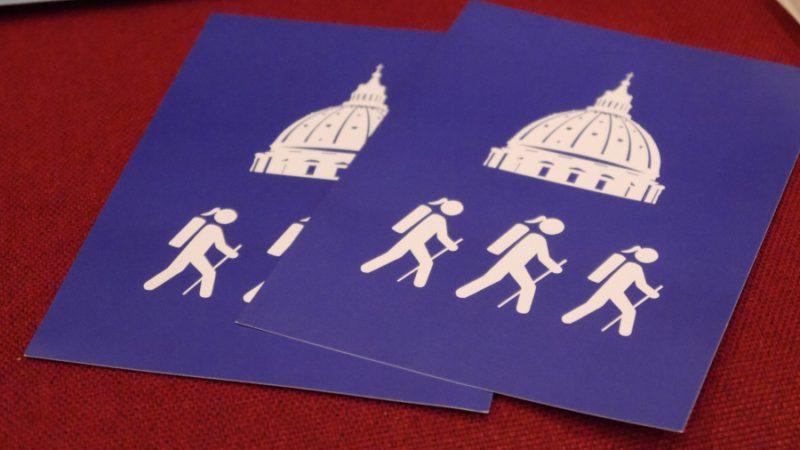 Zu Fuss nach Rom. Eine Gruppe von sieben Frauen und einem Mann geht die fast 1000 km nach Rom zu Fuss. Im Gepäck unter anderem eine Schriftrolle mit Segenswünschen aus dem Aargau. Wer eine Etappe mitpilgern will, ist willkommen. Informationen gibt es auf der webpage des Projekts (siehe Information unter dem Beitrag).   © Anne Burgmer