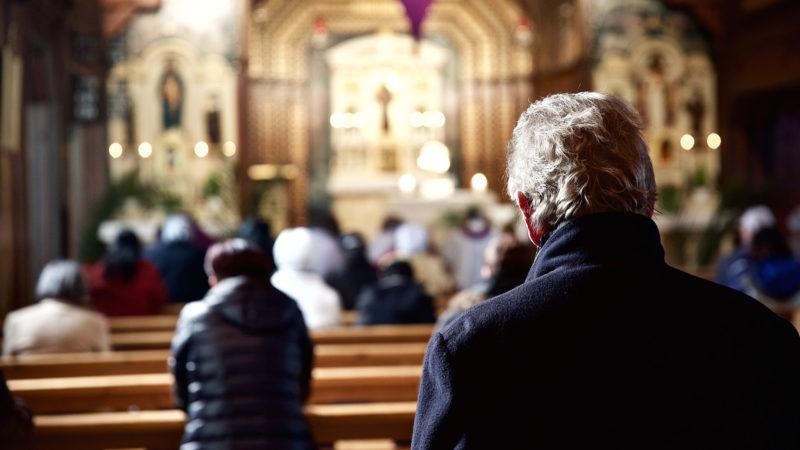 Stilles Gebet während eines Gottesdienstes in der katholischen Kirche St. Antonius, Egg (Kanton Zürich). Mit zunehmendem Mitgliederrückgang schwindet auch der Rückhalt für die Kirchen in der Politik. | © Oliver Sittel
