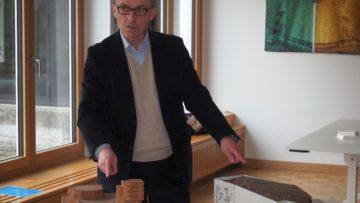 Bruno Maurer vergleicht zwei Kirchenmodelle: Das wiederentdeckte von Walter Förderer (links) und das Modell der ausgeführten Kirche von Edi und Ruth Lanners. | © Martina Peter