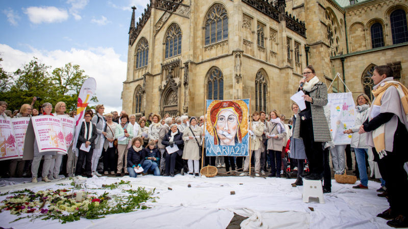 Mahnwache der Initiative «Maria 2.0» in Münster: Frauen halten Plakate, darunter eines, das die Muttergottes mit zugeklebtem Mund zeigt. | © kna-bild
