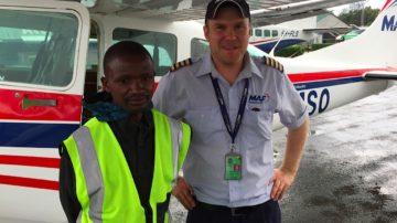 Der lutherische Pfarrer Jarkko Korhonen aus Finnland hat Talar gegen Pilotenuniform eingetauscht. Er steuert für die Missions-Luftfahrt MAF entlegene Orte in Tansania an, um Menschen medizinisch zu helfen. | © Raphael Rauch
