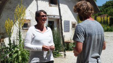 Carola Schütz, kaufmännische Leiterin, unterhält sich mit dem Bauern, der den Klosterbauernhof nach Demeter-Standard bewirtschaftet. | © Anne Burgmer
