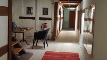 Der Flur mit den Zimmern, die  – ab mindestens zwei Nächten – auch Privatpersonen – mieten können. Die Zimmernamen seien, so sagt die Geschichte, die Namen der letzten Ordensfrauen im Kloster Schönthal. | © Anne Burgmer