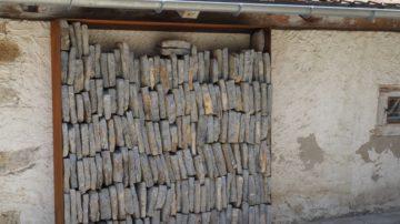 Eine Bibliothek aus Steinplatten. Was auf den ersten Blick wie ein Steinersatzlager ausschaut, ist Kunst. Die Mauer, an der die Steinbibliothek steht, beherbergt die tatsächliche, kleine Bibliothek des Kloster Schönthals. | © Anne Burgmer