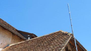 Kunst lehnt am Giebel. Eine Chromstahlstange, die den Himmel reflektiert und dadurch fast gläsern wirkt. Die Kunst im Kloster Schönthal fällt oft erst auf den zweiten Blick ins Auge. | © Anne Burgmer