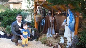 Erstmals haben die Markajs (im Bild Vater Arben mit seinem Sohn) zusammen mit Nachbarn vor dem Haus eine Krippe aufgestellt.   © Andreas C. Müller