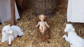 Das Jesuskind für die Krippe vor dem Haus erhielt Arben Markaj aus Bern. Es ist 90 Jahre alt.   © Andreas C. Müller