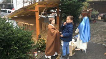 Für die zur Verfügung gestellten Kinderkleiderpuppen haben die Markajs eigens passende Kostüme geschneidert.   © Federika Markaj