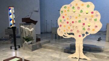 In jeder Kirche im Pastoralraum Siggenthal steht ein Lebensbaum aus Holz. Kirchenbesucher sind eingeladen, dort Zettel mit ihren Wünschen und Gedanken aufzuhängen. | ©  Isabelle Hitz