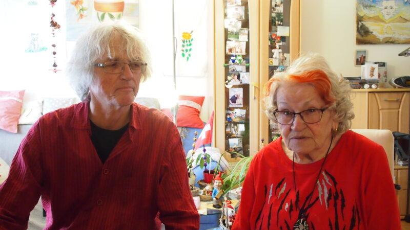 Der Seelsorger Andreas Zimmermann besuchte die 81-jährige Agnes Trenti in ihrer Alterswohnung in Muri, um mit ihr ihren Lebensspiegel zu erarbeiten.   © Andreas C. Müller