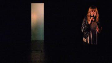 Nach einer intensiven Recherchezeit im Kloster treffen die zwei Darsteller auf der Bühne wieder zusammen und ringen um eine persönliche Haltung und ihr Weltbild.Sie verhandeln unterschiedliche Glaubens- und Lebensvorstellungen, während sich die Klosterschwestern per Video eindringlich zu Wort melden. | © Guillaume Musset