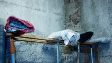 In der Besenkammer zwischen Kirche und Krypta finden Heiligenbildchen, Plaketten und Anhänger eine Ruhestätte. | © Marie-Christine Andres