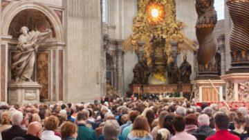 Am Sonntagmorgen begann um 7.30 Uhr die Heilige Messe in der Petersbasilika, zelebriert vom Kardinal Staatssekretär, S. Em. Kard. Pietro Parolin, zusammen mit den Vereidigungskandidaten und vielen prominenten Gästen. | © Marie-Christine Andres