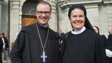 Der Einsiedler Abt Urban Federer und die Priorin des Klosters Fahr, Irene Gassmann, freuten sich über das Zeichen der Verbundenheit ihrer beiden Klöster. | © kath.ch