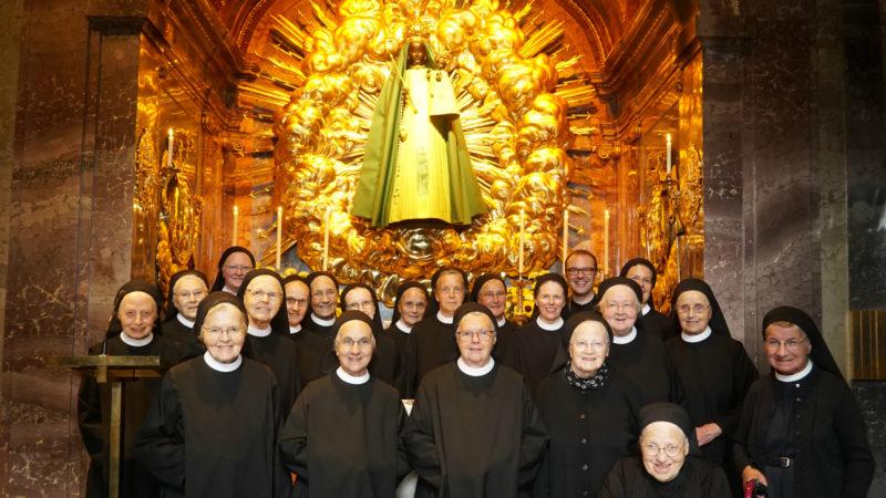 Die Einsiedler Madonna trägt ein Gewand, das in der Paramentenwerkstatt des Klosters Fahr gefertigt wurde. |© kath.ch