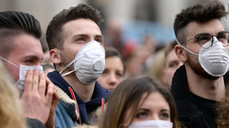 Menschen tragen Atemschutzmasken während des Angelusgebets mit Papst Franziskus am 2. Februar 2020 auf dem Petersplatz im Vatikan.  | © kath.ch