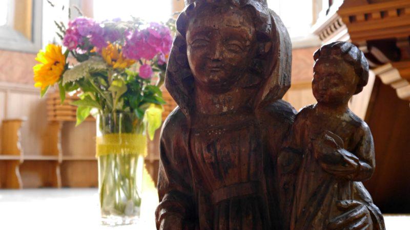 Rund 650 Jahre alt ist die Marienstatue von Kölliken. Weil die Kirche in Kölliken umgebaut wird, reist Maria durch die Lande. Zwölf verschiedene Gasteltern hatte sie bereits und noch ist ihre Reise nicht vorbei. | © Anne Burgmer