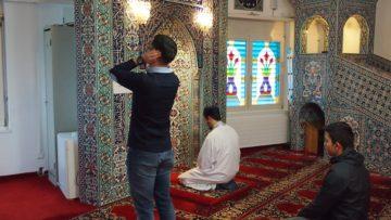 Seit 1992 unterhält der Türkisch-Islamische Verein Buchs an der Brummelstrasse einen Gebetsraum. Die Gebetsnische für den Vorbeter und der Gebetsteppich sind nach Mekka ausgerichtet. Zu den Freitagsgebeten kommen jeweils mindestens 200 Menschen. | © Andreas C. Müller