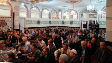 Gebet in einer Moschee: Der Islam beschäftigt die Schweizer Politik - vor allem die Fianzierung der Moscheen. | © Georges Scherrer