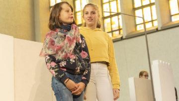 Giuliana (links) und Elina beim Proben Ihrer Szene: Weise Frau trifft Wurzelzwerg Kali. | © Werner Rolli