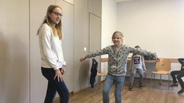Die Die 13-jährige Annette und die 9-jährige Noemie proben eine Szene: Elster trifft Traumfängerin. | © Andreas C. Müller