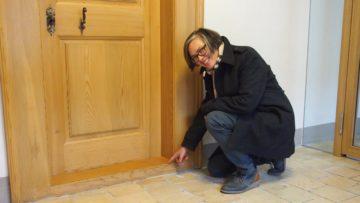 Im Gegensatz zu dieser noch hoch vorstehenden Türschwellle wurden die Eingänge zu den Schwesternzimmern im Klausurbereich altersgerecht angepasst. | © Andreas C. Müller