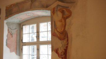 Ein freigelegtes Freso der Gebrüder Torricelli, jener Künstler aus dem 18. Jahrhundert, die auch die Malereien in der Kirche und an der Aussenfassade gestaltet haben. Aufgrund des Fundes wurde der neugestaltete, aus mehreren kleinen Kammern geschaffene Mehrzweckraum nach den Malern benannt. | © Andreas C. Müller